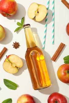 Composition avec cidre, pommes, pailles et cannelle