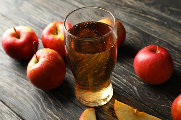 Composition avec cidre et pommes sur table en bois