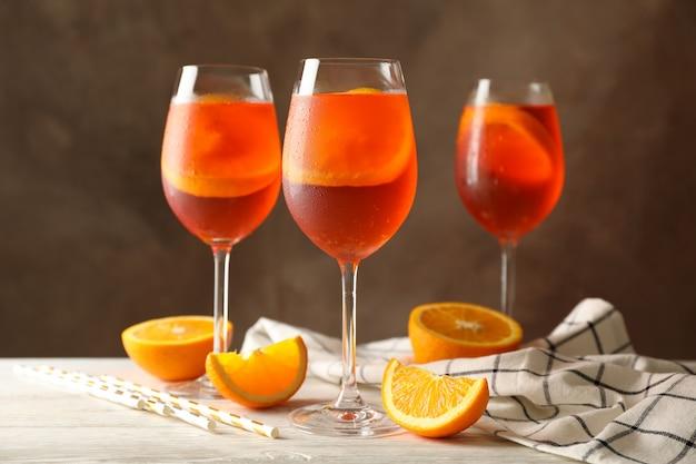 Composition avec cocktail aperol spritz contre brun.