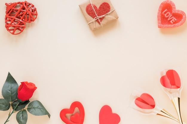 Composition de coeurs présents, de fleurs et d'ornements