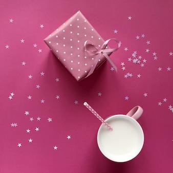 Composition avec un coffret cadeau et du lait