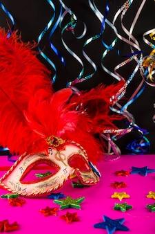 Composition colorée de carnaval avec des masques