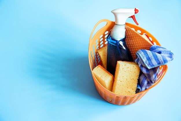 Composition colorée avec un ensemble d'éponges de nettoyage brillantes et d'agent de nettoyage.