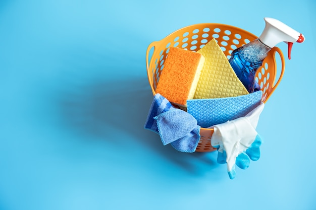 Composition colorée avec des éponges, des chiffons, des gants et un détergent pour le nettoyage. vue de dessus