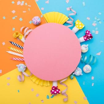 Composition colorée festive avec un carton rond blanc