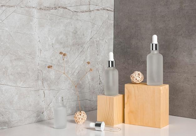 Composition de compte-gouttes d'huile de peau sur des morceaux de bois