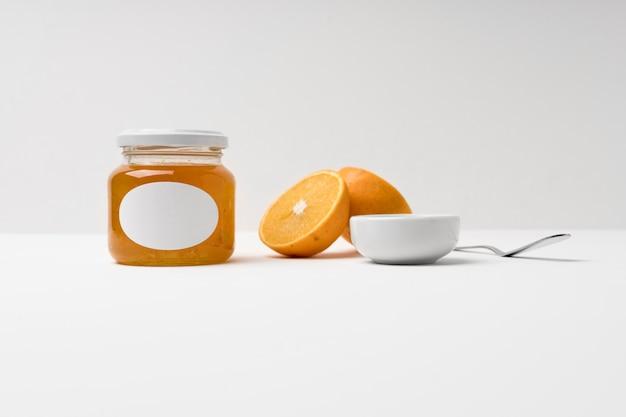 Composition de la confiture fruitée en emballage pot