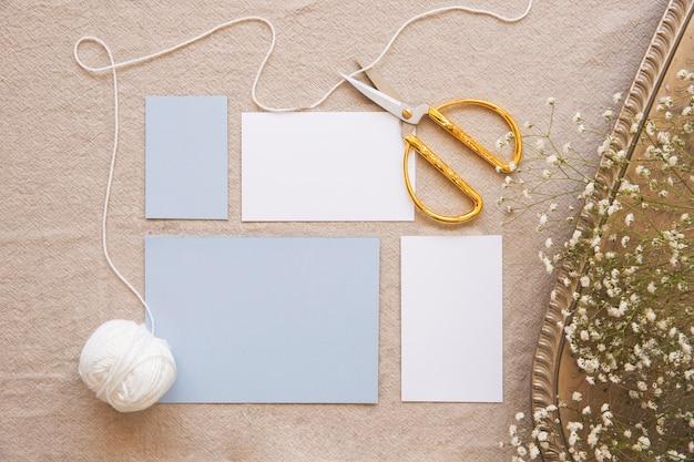 Composition confortable de ciseaux vintage et papiers