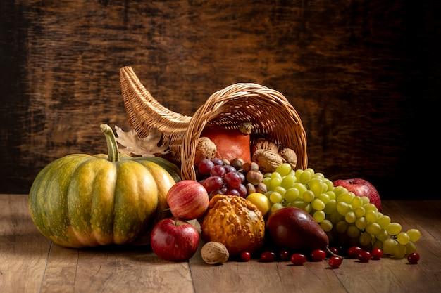 Composition de corne d'abondance festive avec des aliments délicieux