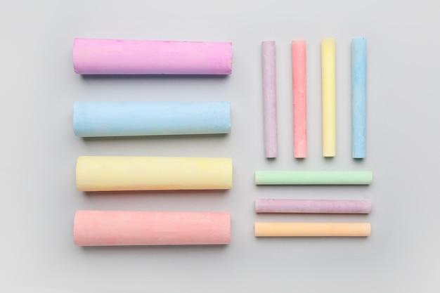 Composition avec des craies colorées sur fond de couleur