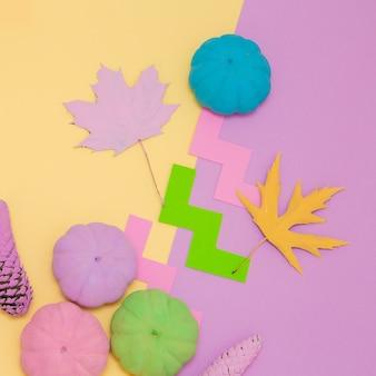 Composition créative d'automne de citrouilles peintes. conception minimale des saisons d'automne à plat
