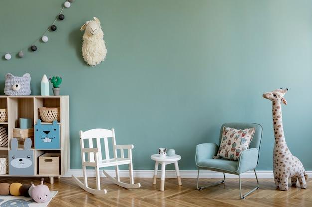 Composition créative d'un design d'intérieur élégant et confortable pour chambre d'enfant avec mur d'eucalyptus, jouets en peluche, meubles et accessoires. parquet de sol. copiez l'espace. modèle.