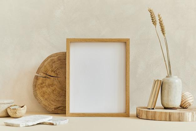 Composition créative d'un design d'intérieur minimaliste et confortable avec un cadre d'affiche simulé, des matériaux naturels comme le bois et le marbre, des plantes sèches et des accessoires personnels. couleurs beiges neutres, modèle.