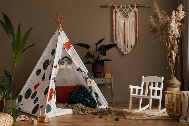 Composition créative de design d'intérieur de salon élégant avec cadre en bois commode plantes suspendues décoration et accessoires concept rétro et vintage parquet murs neutres