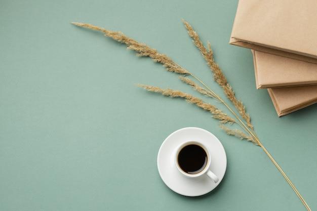 Composition créative avec différents livres et une tasse de café