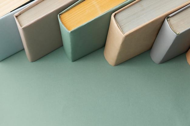 Composition créative avec différents livres