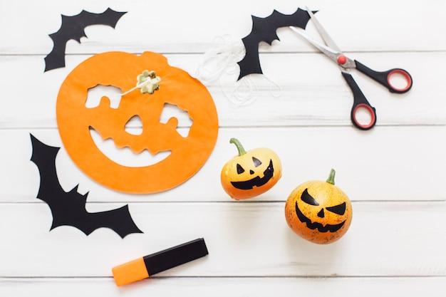 Composition créative de halloween avec des citrouilles