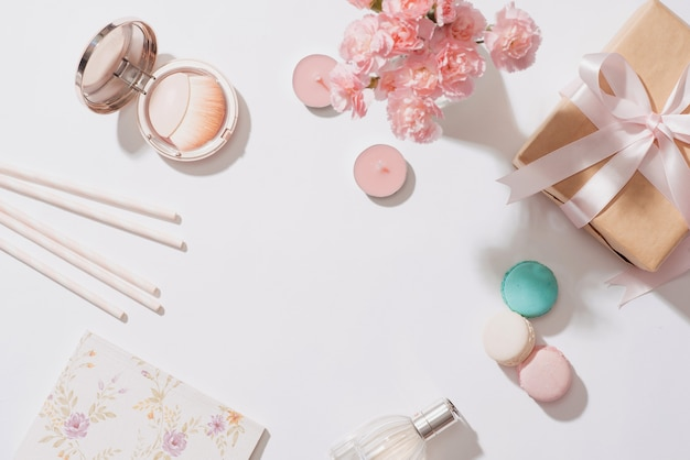 Composition créative et mode. objets de papeterie sur le bureau. mise à plat. accessoires sur la table, dessus de bureau femme