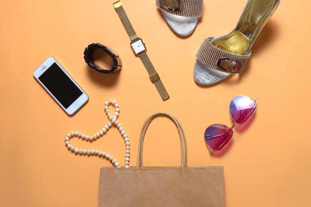 Composition créative à plat d'accessoires de mode et de beauté pour femmes
