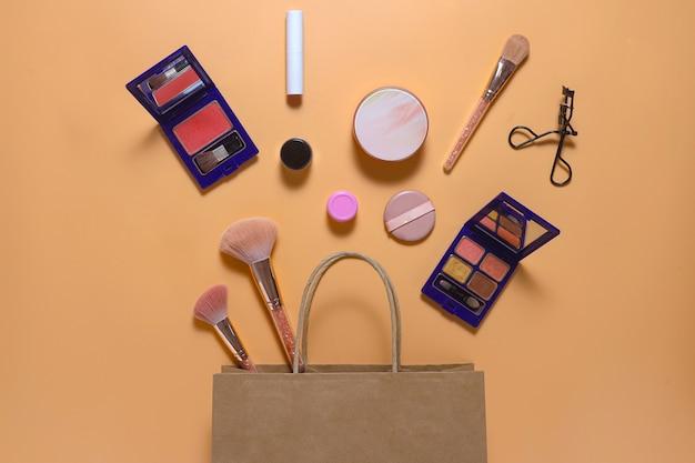 Composition créative à plat de maquillage avec sac à provisions