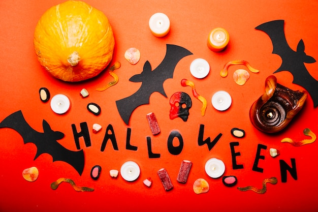 Composition créative de sucreries et de décorations d'halloween