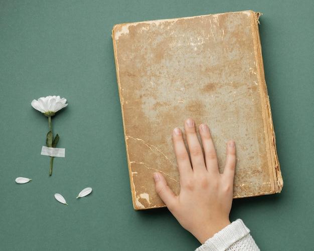 Composition créative avec vieux livre
