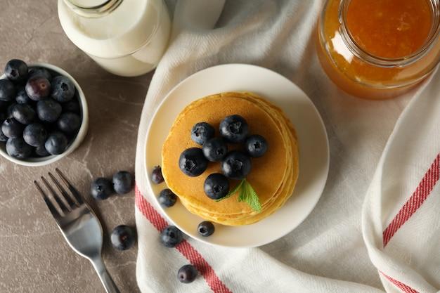 Composition avec crêpes et confiture sur table grise. petit déjeuner sucré