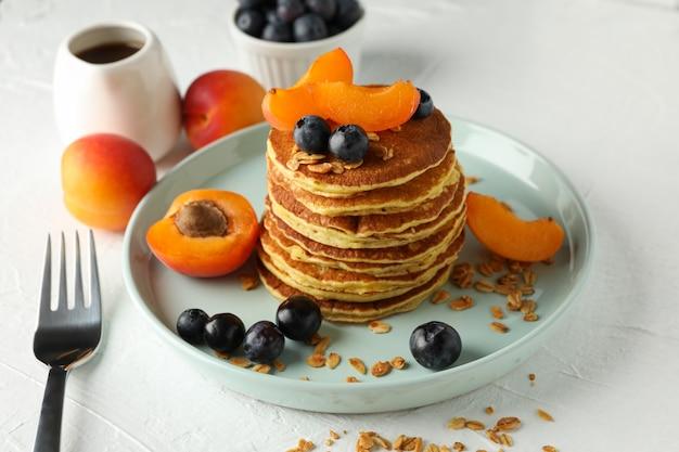 Composition avec crêpes et fruits sur tableau blanc. petit déjeuner sucré
