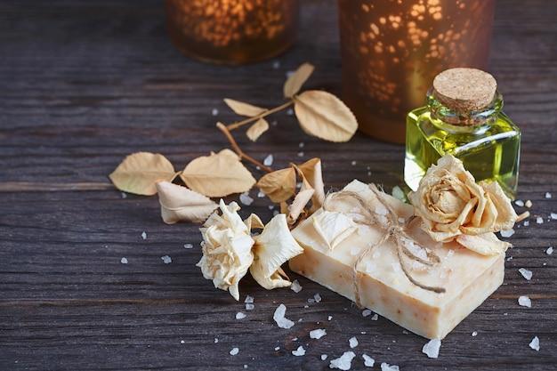 Composition de cure thermale. savon artisanal naturel aux herbes parfumées. notion de spa.