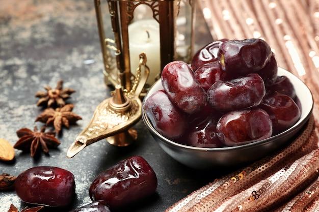 Composition avec des dattes savoureuses et une lampe musulmane sur table