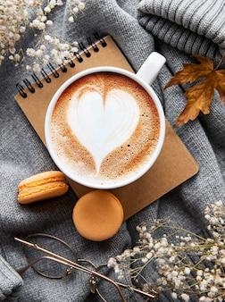 Composition dautomne avec tasse de café et feuilles dautomne