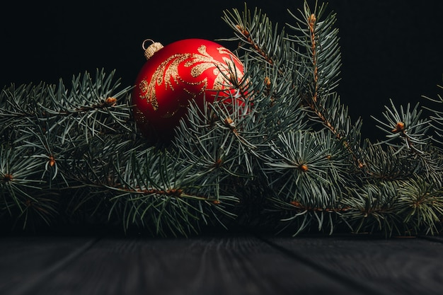 Composition de décoration de noël nouvel an. vue de dessus du cadre des branches et des boules de sapin sur fond de bois