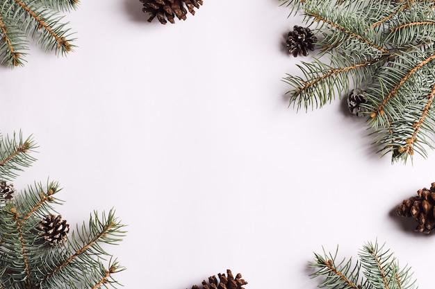 Composition de décoration de noël pommes de pin branches d'épinette