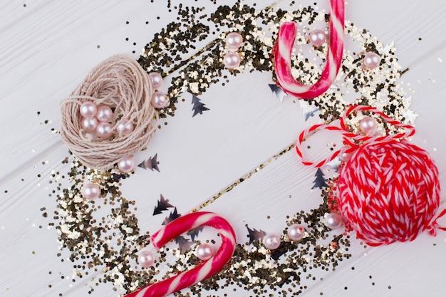 Composition de décorations de noël. décorations rouges et or sur fond blanc. voeux et traditions de noël.