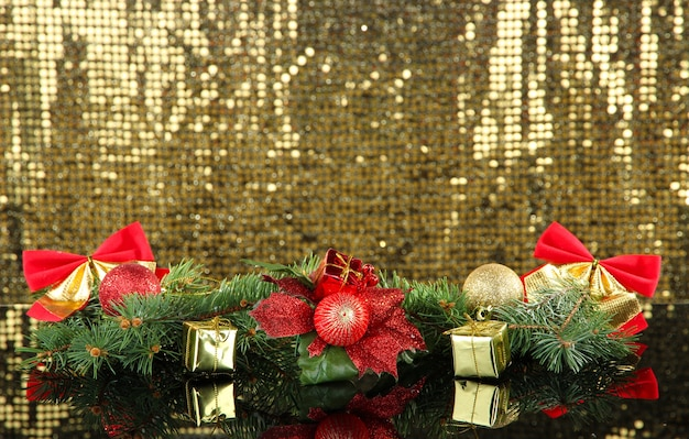 Composition des décorations de noël sur fond doré