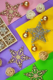 Composition des décorations de noël sur fond de papier de couleur.