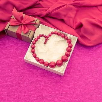 La composition décorative est emballée dans une boîte à cadeaux pour femmes.