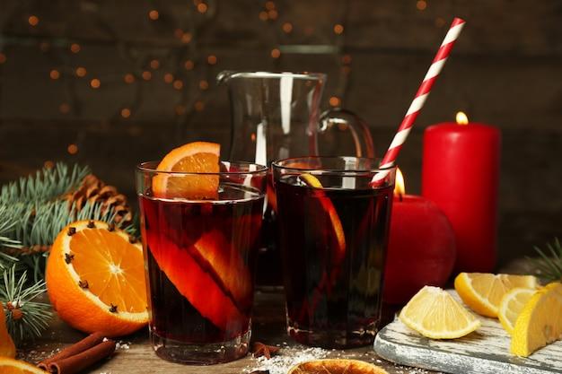 Composition décorée de vin chaud dans des verres sur table en bois