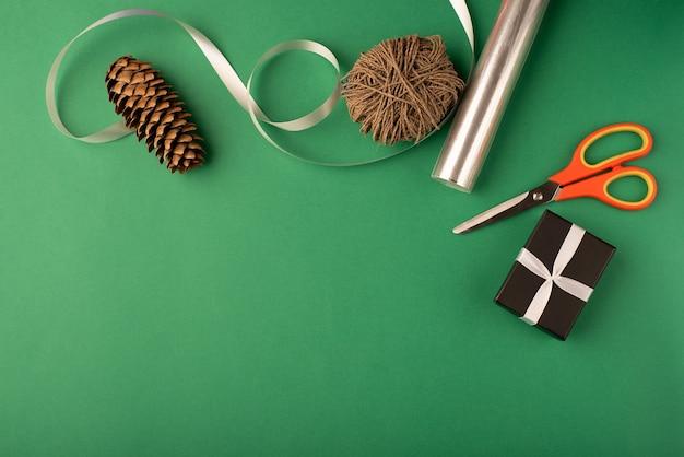 Composition de déformation de cadeau de noël fond vert vue de dessus mise à plat