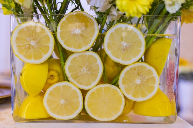 Composition délicate avec mariage de fleurs et de fruits