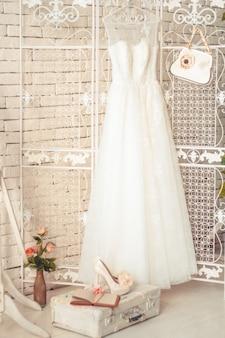 Composition délicate de robes de mariée et accessoires