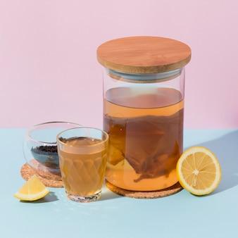 Composition avec une délicieuse boisson kombucha