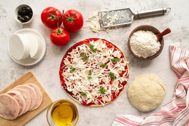 Composition avec une délicieuse pizza traditionnelle