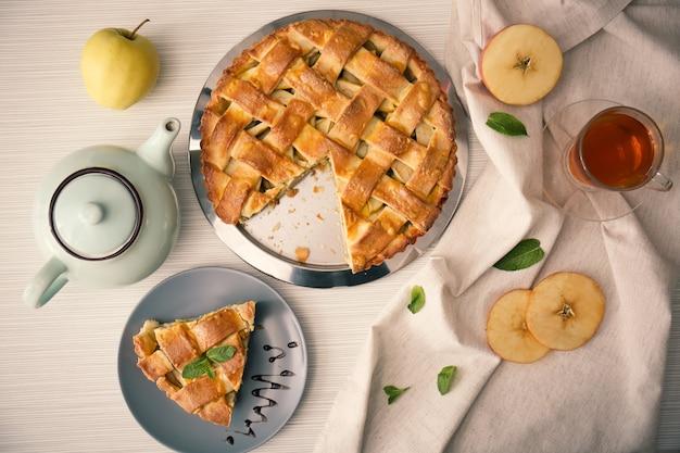 Composition avec une délicieuse tarte aux pommes sur table
