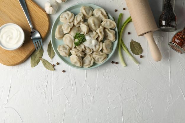 Composition avec de délicieuses boulettes sur fond blanc, espace pour le texte