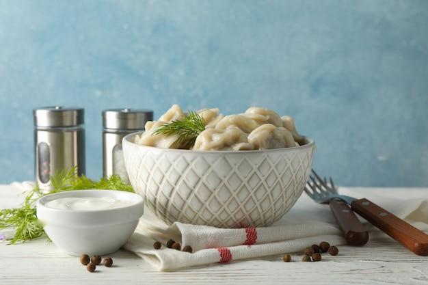 Composition avec de délicieuses boulettes sur fond de bois blanc, close up