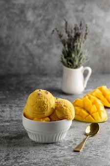 Composition de délicieuses glaces maison