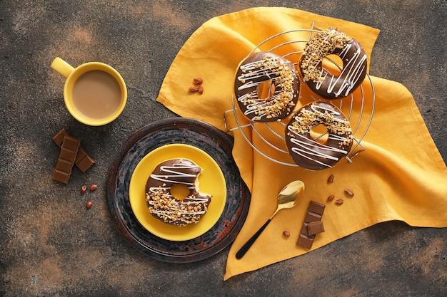 Composition avec de délicieux beignets et café sur table