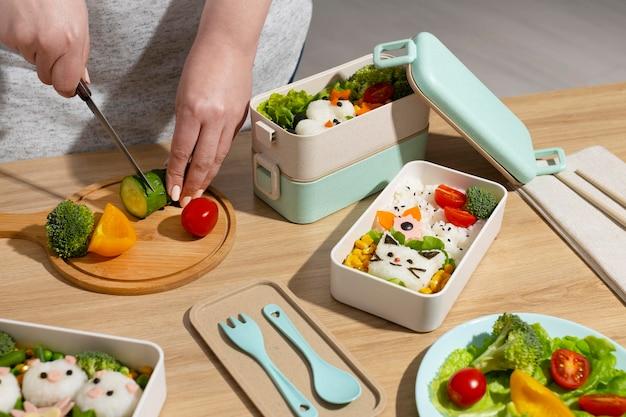 Composition de délicieux bento japonais