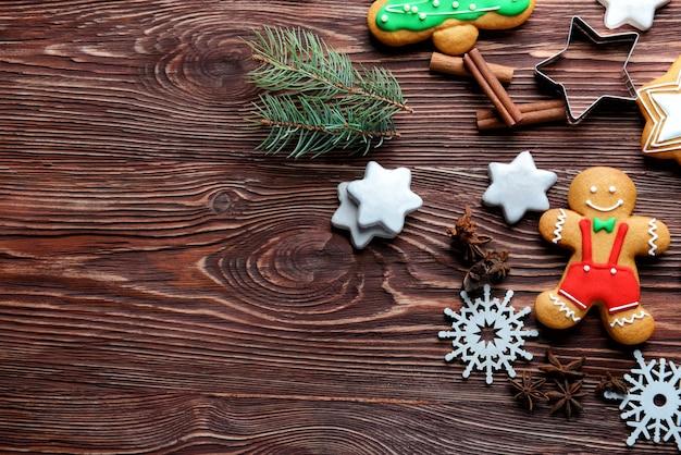 Composition de délicieux biscuits et décor de noël sur table en bois